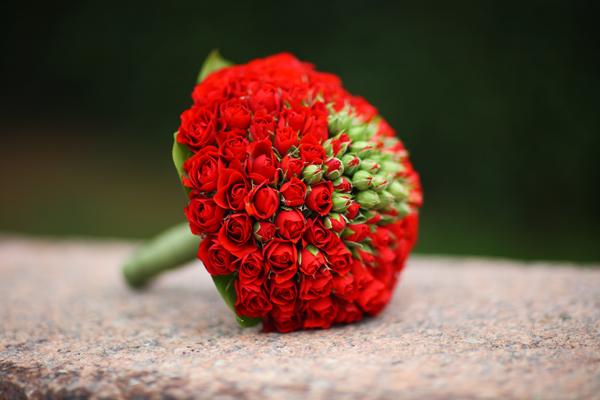 Свадебный букет из мелких красных роз